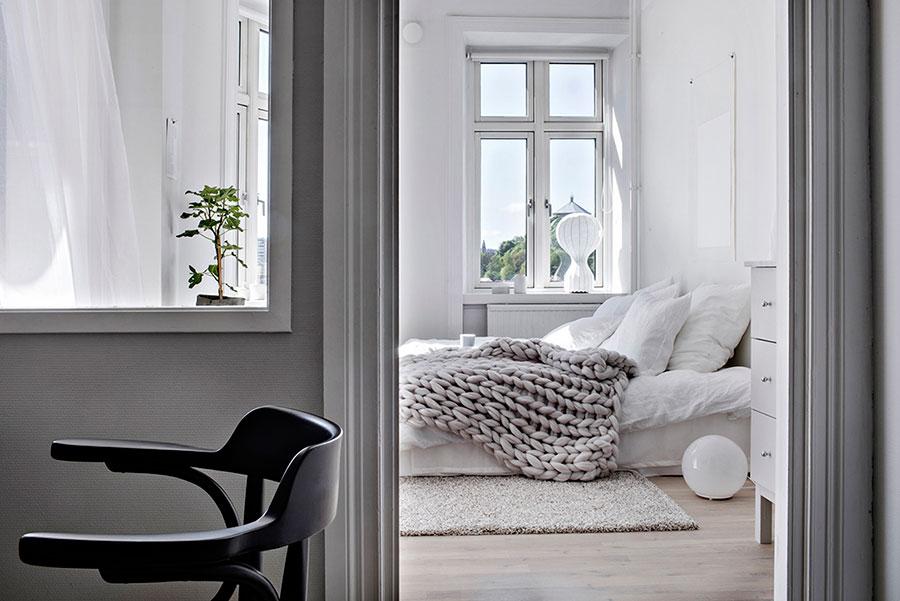sovrum, vita bäddlakan, soligt sovrum, krispigt vitt