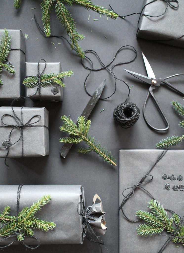 Julklapp med svart paketinslagning