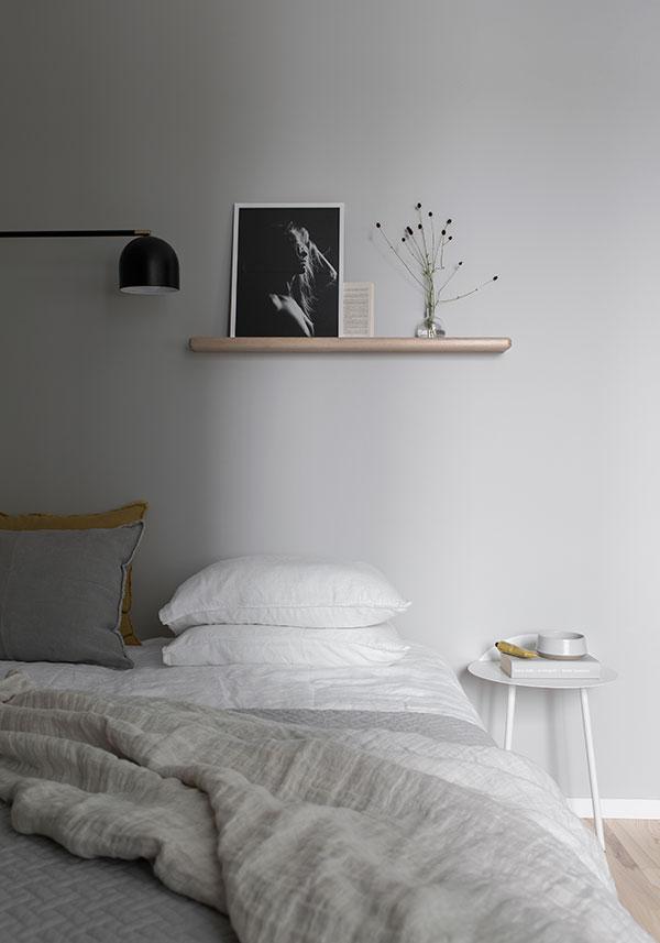 Sandfärgade väggar, sovrum, melo hylla, linne lakan