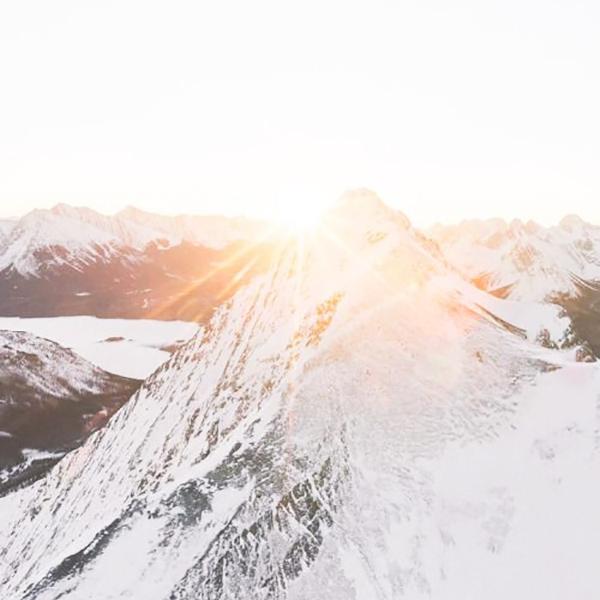 vit fjälltop med sol