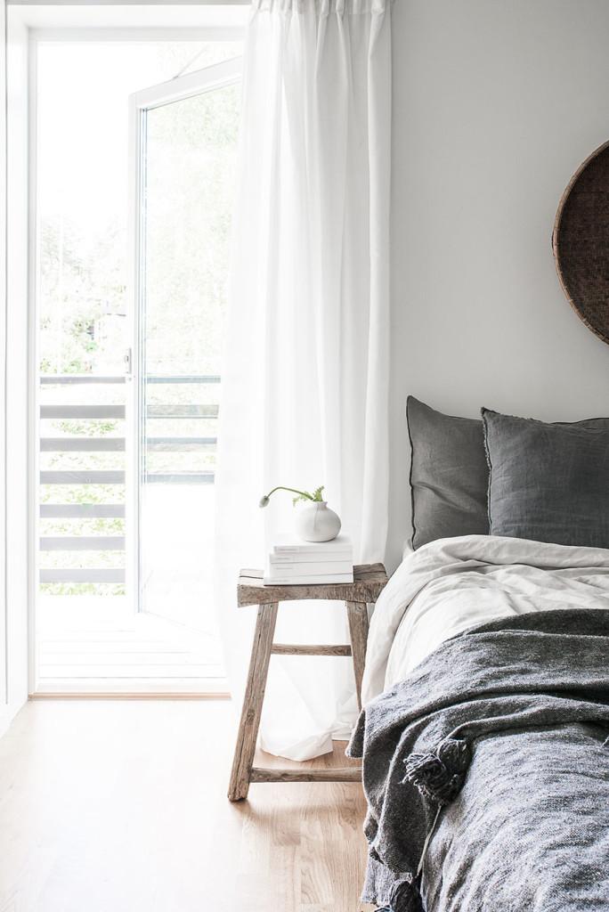 vitt sovrum, gråa bäddtextilier, grey bed sheets, vita gardiner