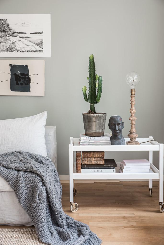 kaktus, naken glödlampa, grå soffa, grått vardagsrum, grå/grötn vardagsrum