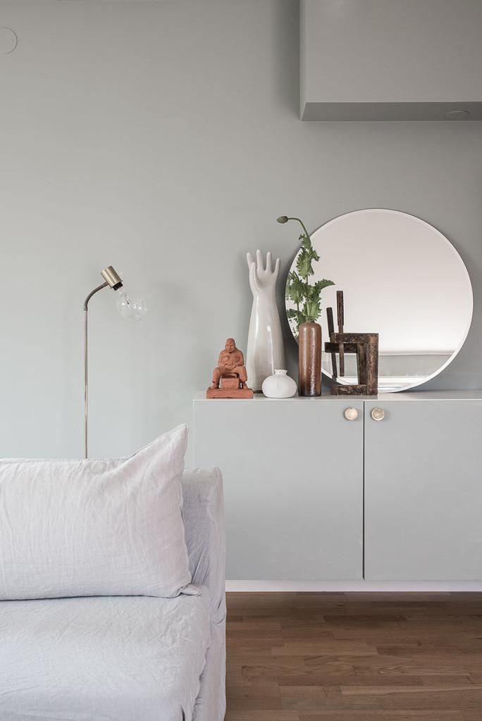 kaktus, naken glödlampa, grå soffa, grått vardagsrum, grå/grötn vardagsrum, DIY bord