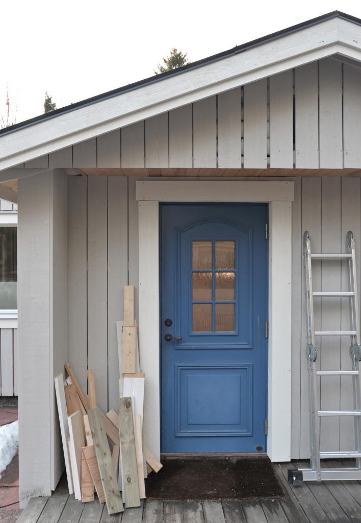 Totalrenovering, husfasad, renoveringsprojekt, grått hus, blå dörr