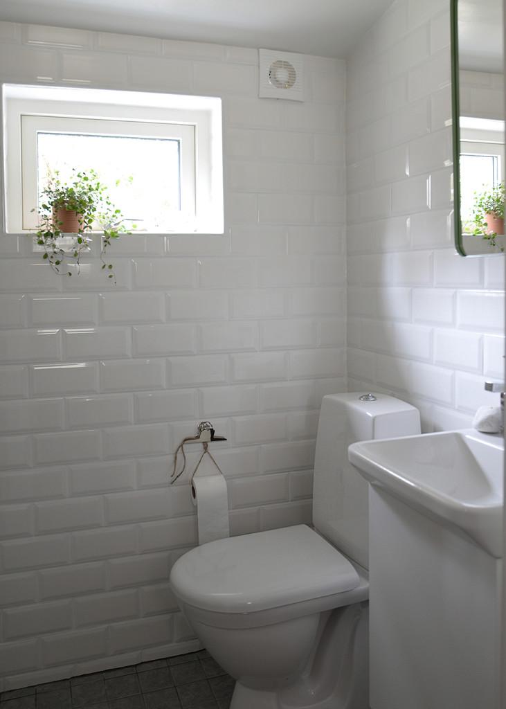 litet badrum, små badrum, svedberg, handfat forma i litet badrum, forma, spegelskåp holger i litet badrum, toalett i litet badrum, grönt spegelskåp i litet badrum