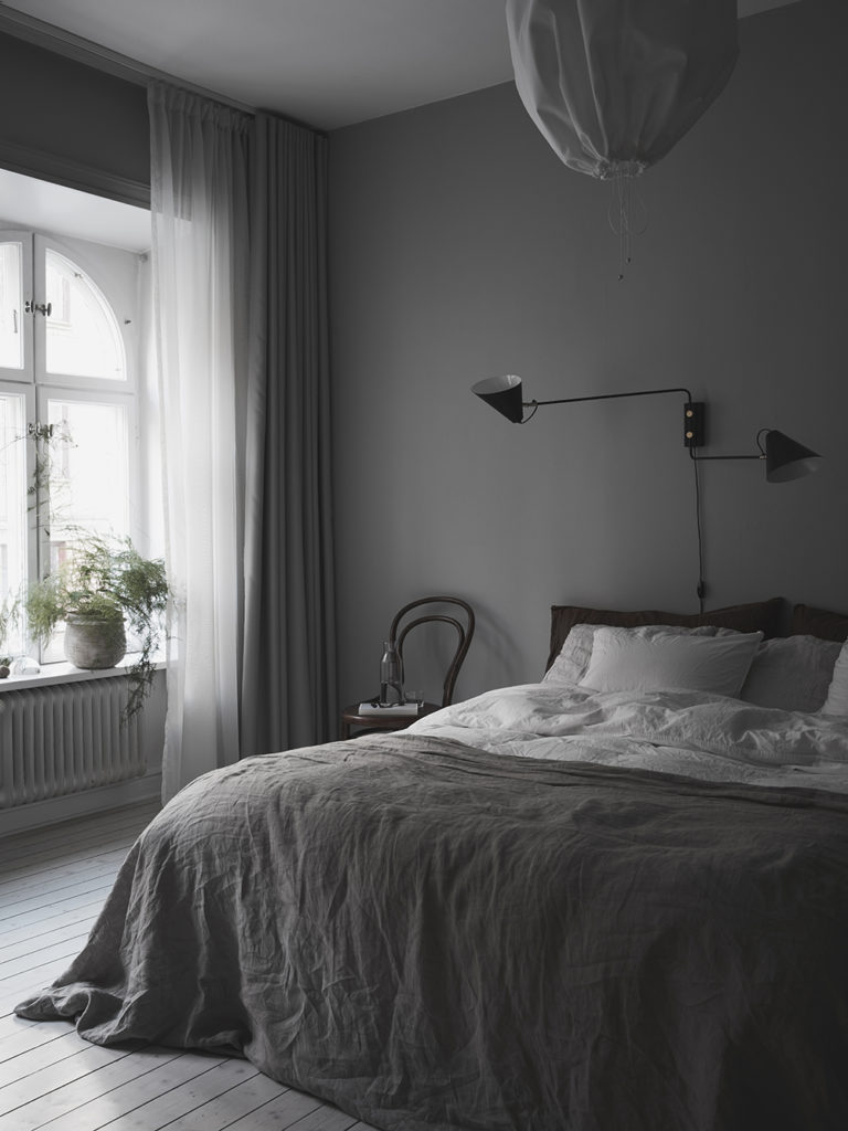 Ett grått sovrum i Linné